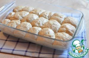Из готового теста сформировать булочки, выложить в форму. Дать им подняться вдвое, и выпекать в предварительно разогретом духовом шкафу 40 минут при 180 градусах.