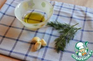 Пока булочки выпекаются, почистить чеснок, порубить укроп. В оливковое масло выдавить чеснок, выложить укроп. Перемешать. Пусть масло пропитается чесночным ароматом. Этим маслом мы будем обмазывать булочки сверху.