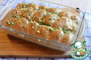 Достаем булочки из духовки и сразу, пока они горячие, обмазываем чесночным оливковым маслом. Ароматы при этом витают невероятные!