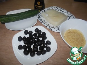 We will prepare our ingredients. Cucumber wash the rice and squid to boil, slightly salted water.