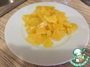 Апельсин чистим, убираем пленку, режем крупными кусочками