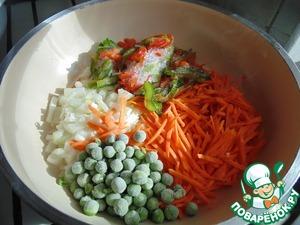 На сковороду налить растительное масло и выложить все овощи, поперчить.