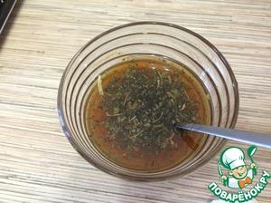 И делаем соус: растительное масло смешиваем с чесноком, паприкой, мелко нарезанной кинзой и укропом. У меня в этот раз не было свежей зелени, пришлось использовать сушеную