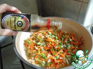В сковороду с овощами влить натурально сваренный соевый соус Kikkoman. Соевого соуса должно быть много, чтобы все овощи хорошо пропитались. Всё перемешать.