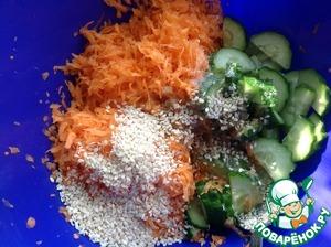 В салат добавить заправку и кунжут, перемешать. Дать постоять салату 20 минут.