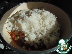 Готовый рис переложить к овощам.