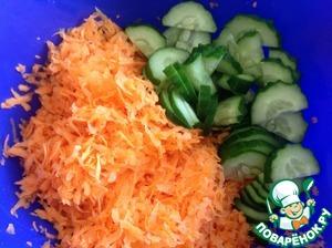 Морковь натереть на средней терке, огурцы нарезать полукольцами тонко. Подсолить