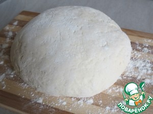 In a bowl pour the water. add yeast, sugar, a pinch of salt.  stir and leave in a warm place for 10 - 15 minutes.  sift the flour / 600 / and add the prepared yeast mixture.  knead the dough.  put in a warm place for 30 minutes.