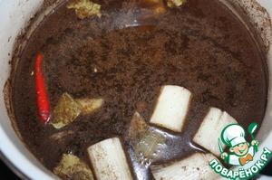 """В кастрюлю налить 800 мл воды, чай, соевый соус, вино, положить лук, имбирь, перец, лавровый лист, соль, смесь """"5 специй""""."""
