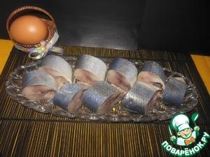 По истечении 2 - 3 дней, наша селёдка готова! Невероятно вкусная! К селёдочке маринуем лук. Приятного аппетита!