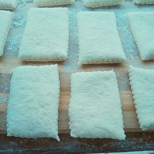 With a knife cut the dough into square or udlinenie strips.  let rest for another 15 minutes.  fry in a pan with abundant oil.