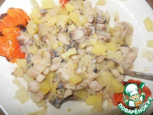 Mix herring, fried onions and potatoes. This is our stuffing.