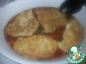 Берем большое глубокое блюдо для запекания:   на дно 3-4 половника соуса, чтобы закрыть дно, сверху куски нашей курицы