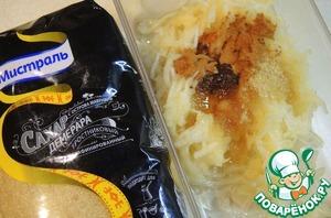 Груши очистить от кожуры и сердцевины, натереть на терке, смешать с коричневым сахаром, корицей и растительным маслом.