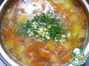 Зелень измельчить и положить в суп. Накрыть крышкой и дать настояться.