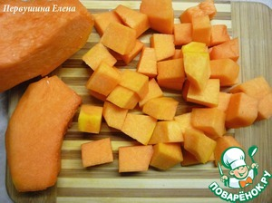 To put water on the stove. While it will boil, dice the pumpkin and onions in small cubes.