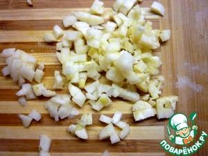 Мелко нарезать чеснок.