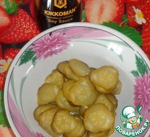 Огурцы поливаем соевым соусом Киккоман.