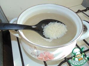 Рис хорошенько промыть и поставить варить, немного посолить.