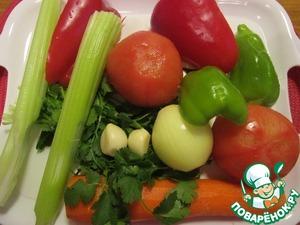 Очистить лук, морковь и чеснок. У перца удалить семена и перегородки. Залить помидоры кипятком на две минуты, затем обдать холодной водой и снять кожицу. Сельдерей помыть. Нарезать все овощи кубиками, чеснок мелко порубить.