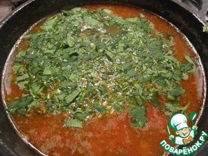 Влить два литра воды и довести до кипения. Уменьшить огонь и варить 1 час. За 5 минут до готовности добавить мелко нарезанную кинзу, посолить и поперчить по вкусу.