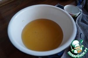 В теплую воду вылить соевый соус, добавить сахар, дрожжи и растительное масло.
