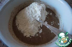 Высыпать гречневую, льняную и пшеничную муку.