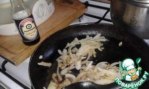 Фасоль замочить в холодной воде, затем отварить до готовности. Лук обжарить до золотистого цвета на растительном масле. В конце жарки добавить соевый соус