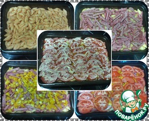 Spread on a baking sheet. The first layer of pasta. The second sausage. The third bell peppers. Fourth - tomatoes. On top spread thin layer of mayonnaise and place in a preheated oven for 15-20 minutes at a temperature of 200 gr. (be guided by his oven).
