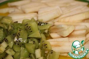 Яблоко и грушу очистить от кожуры, порезать соломкой. Киви очистить от шкурки, нарезать небольшими кубиками.