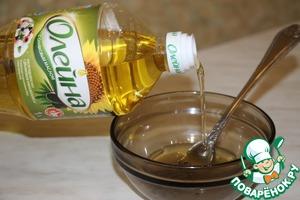 Сделать соус: к растительному маслу добавить сок лимона, посолить, поперчить, перемешать. Можно добавить немного сахара.