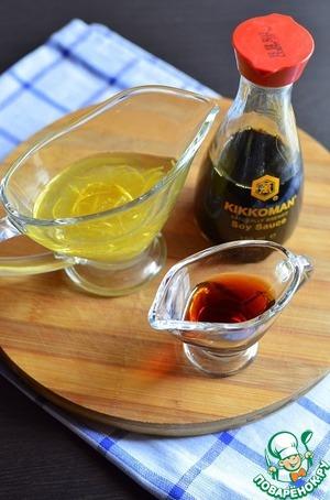 Цедру, сок, оливковое масло и соевый соус «Киккоман» смешать в соуснике.