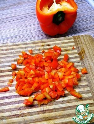 Болгарский перец нарезать небольшими кубиками. У меня перец большой, поэтому я использовала четверть.