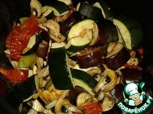 В чашу мультиварки налить масло и выложить запеченные овощи. Установить программу Тушение и время 40 минут. При необходимости время можно увеличить на 10-15 минут.