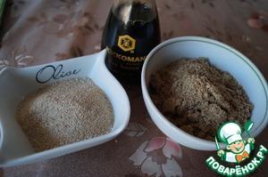 Гречу и семена льна измельчить в кофемолке в муку. Подготовить соевый соус от Киккоман.