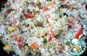 Смешать овощи с рисом. Посолить и поперчить по вкусу.