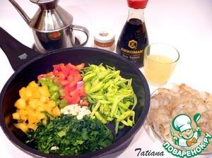 Начинка для рулета:   Овощи вымойте, перцы почистите от семян. Нарежьте лук-порей, перец сладкий и острый, чеснок и имбирь. Креветки почистите, разрежьте вдоль пополам (удалите кишку). В небольшом количестве масла обжарьте овощи до полупрозрачности, добавьте креветки, готовьте пару минут.   Затем к начинке добавьте мед, лимонный сок (1 ст. л.) и соевый соус, потушите смесь ещё пару минут. Дайте начинке остыть.