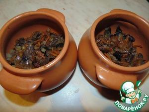 Обжаренные с соевым соусом грибы разложить по горшочкам.