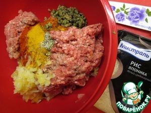Мясной фарш+лук репчатый+яйца+смесь прованских трав+паприка+смесь карри+каперсы=хорошо вымесить.   Рис (Мистраль Японика) отварить, остудить.