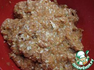 Рис добавить в фарш и хорошо промешать.