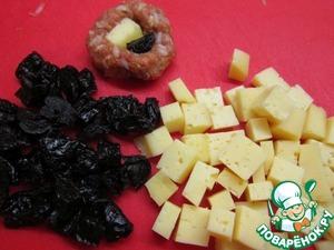 Сыр и чернослив порезать на небольшие кусочки.   Формируя из фарша фрикадельки, в серединку каждой положить кусочек сыра и кусочек чернослива.