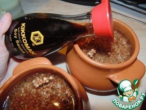 В каждый горшочек налить по одному стакану воды и добавить соевого соуса Kikkoman. Закрыть крышкой и поставить в духовку на медленный огонь, на 20-25 минут. Выключить газ и оставить горшочки томиться ещё на 15-20 минут, не открывая духовку.