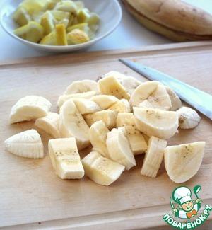 Очистить и нарезать бананы.