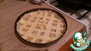Thinly roll out the remaining smaller piece of dough, cut strips in cm wide. Decorate the cake with cute little lattice.  Lubricate the surface of the pie with the beaten egg yolk with a little water. Send in the oven for 40 minutes.