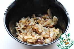 Лук почистить, мелко нарезать и обжарить на растительном масле до золотистого цвета.