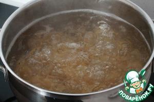 В кипящую воду добавляем соль и немного растительного масла. Затем макаронные изделия. Варим почти до готовности, но не развариваем.