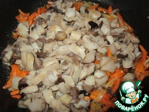 Add the chopped and boiled mushrooms ( I have a boletus, frozen in the fall, but it is possible and oyster mushrooms ). Fry.