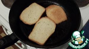 На сковороде обжариваем ломтики хлеба с каждой стороны на разогретом масле.