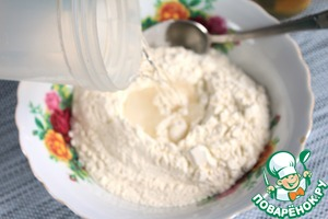 Knead the dough for the dumplings. Sift the flour. To make the flour funnel and pour water at room temperature.