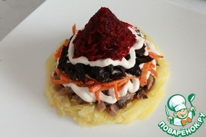 Finish grated on a fine grater beets, put them into the top of the pyramid.